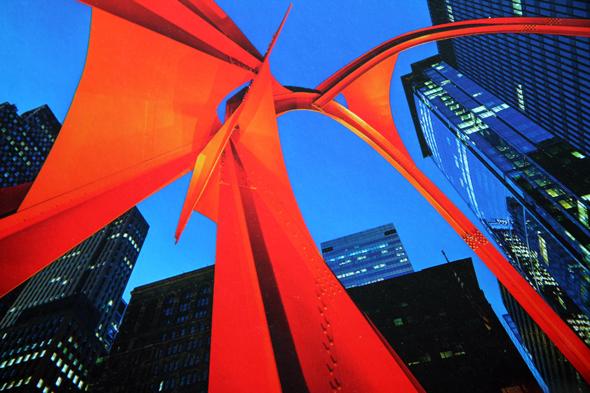 Kunst in Downtown: Die Öffentliche Flamingo-Skulptur von Alexander Calder. -