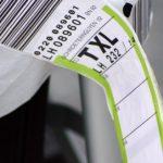 Drei-Letter-Code verrät, wohin die Reise geht:Kofferbanderole mit Aussagekraft